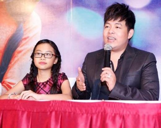 Hai cha con trong một buổi họp báo (Ảnh: Internet) - Tin sao Viet - Tin tuc sao Viet - Scandal sao Viet - Tin tuc cua Sao - Tin cua Sao