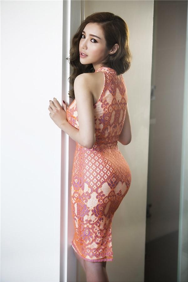 Trở lại với vai trò người mẫu ảnh, Elly Trần rạng rỡ, thu hút trong từng khung ảnh với những thiết kế bodycon, cocktail ôm sát phô diễn đường cong hoàn hảo.
