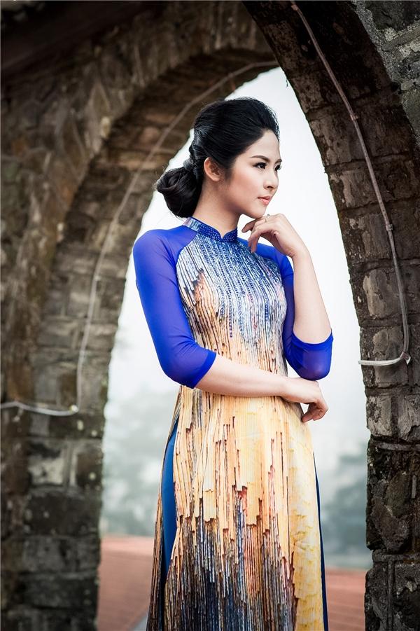 Ngọc Hân thoáng buồn man mác trong tà áo dài kết hợp sắc xanh, vàng ngọt ngào. Điểm nhấn vẫn được tạo nên từ họa tiết in chìm như thạch nhũ.