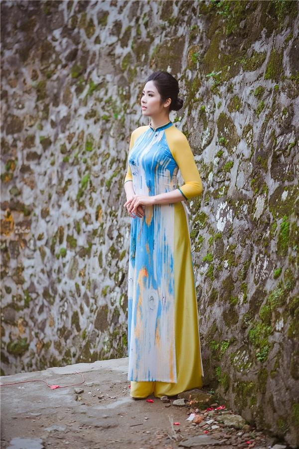 Sắc vàng của nắng, sắc xanh của trời như gom gọn cả vào tà áo kín đáo, đằm thắm của Ngọc Hân.