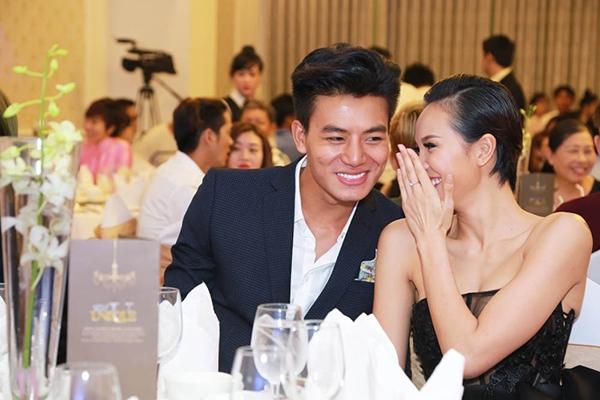 Cặp đôi diễn viên đã ngồi gần nhau trong suốt buổi ra mắt phim và trò chuyện thân mật. - Tin sao Viet - Tin tuc sao Viet - Scandal sao Viet - Tin tuc cua Sao - Tin cua Sao