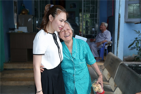 Mỹ Tâm giản dị đi chúc Tết người già và nghệ sĩ lớn tuổi - Tin sao Viet - Tin tuc sao Viet - Scandal sao Viet - Tin tuc cua Sao - Tin cua Sao