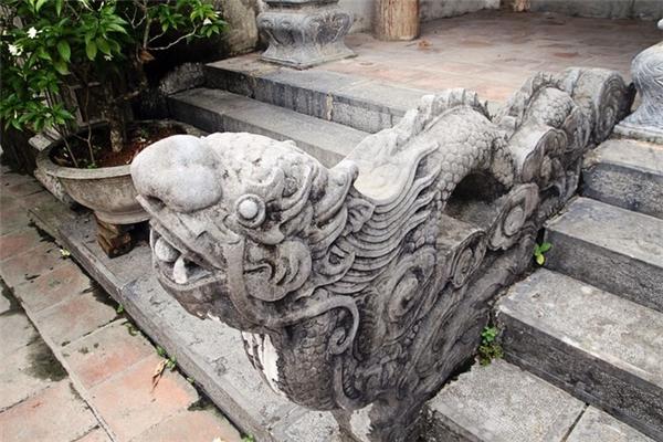 Hoa văn trang trí trên các cột đá, đỉnh hương vô cùng tinh xảo. (Ảnh: Internet)