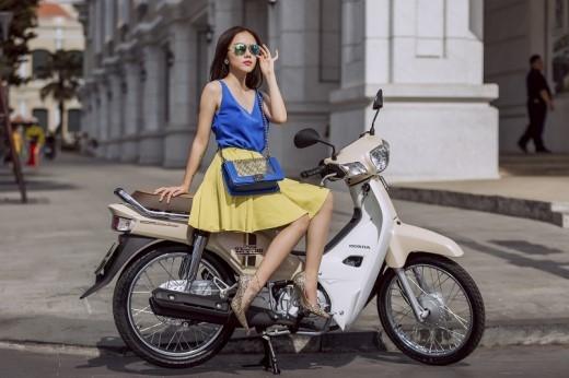 Phương Ly tích cực lăng xê phong cách thời trang quyến rũ, hiện đại với áo khoét sâu cuốn hút màu xanh dương.