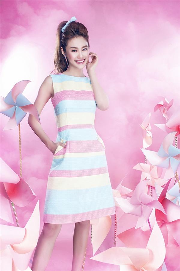Kiểu tóc búi cao, cột đuôi ngựa cùng màu son hồng bóng ngọt ngào của Linh Chi tạo nên sự hài hòa một cách tuyệt đối cho tổng thể. Và đây cũng sẽ là một mẹo làm đẹp đáng để bạn ghi chú đấy.