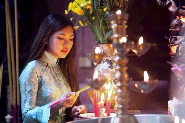 """3 nén nhang tượng trưng cho """"giới, định, huệ"""" trong Phật pháp. (Ảnh: Internet)"""