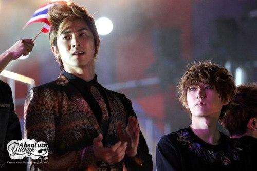 Hyunseung (Beast) từng chia sẻ anh bị sốc khi chạm mặt thần tượng Yunho (DBSK) ngoài đời thực. Sau này khi có cơ hội đứng chung sân khấu, nam ca sĩ bị bắt gặp khoảnh khắc nhìn đàn anh với ánh mắt ngưỡng mộ và đúng chuẩn fan boy.