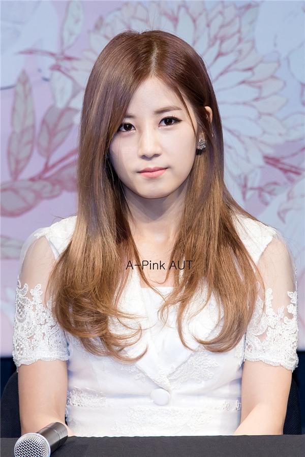 """Trong chương trình radio của mình, Sunny không ngần ngại thừa nhận bản thân là """"fan cứng"""" của Chorong (A Pink). Cuộc trò chuyện qua điện thoại của cả hai sau đó khiến các fan không khỏi ganh tị bởi độ ngọt ngào hơn cả người yêu."""