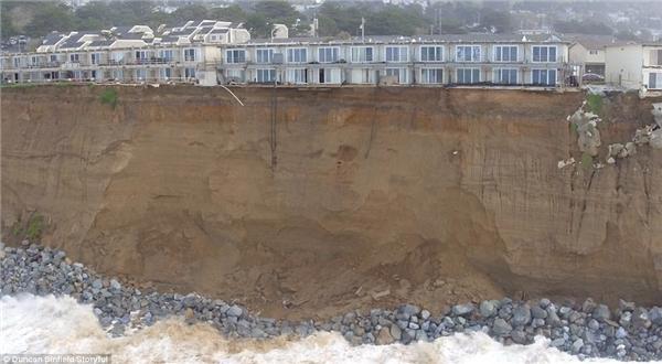 """""""Thót tim"""" chứng kiến những ngôi nhà sắp rơi xuống biển do lở đất"""