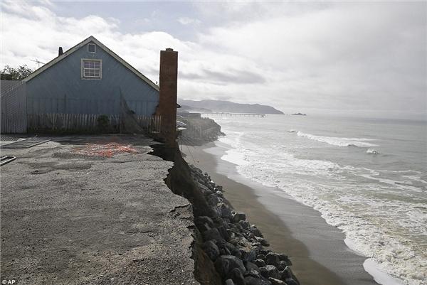 Một đoạn bờ biển bị sóng đánh lở nghiêm trọng. (Ảnh: AP)