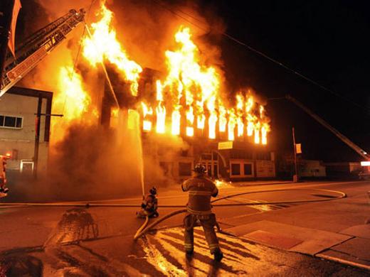 Cậu bé bất chấp ngọn lửa lao vào cứu em. (Ảnh: minh họa. Nguồn:Internet)