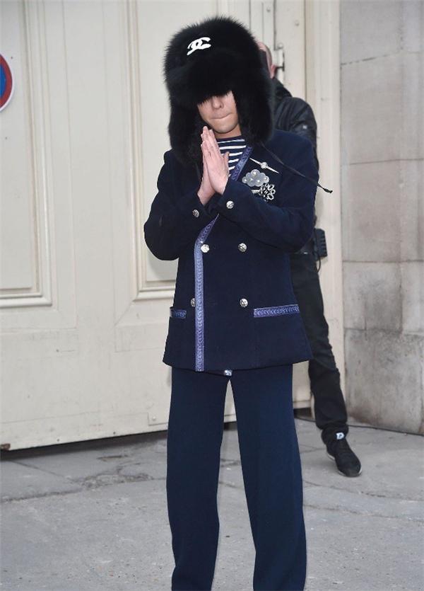 Đặc biệt nhất vẫn là chiếc mũ lông đen phù hợp với thời tiết mùa đông của xứ sở sương mù.