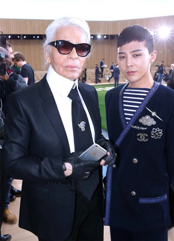 Đến với show diễn lần này, G-Dragon không quên chụp ảnh cùng Karl Lagerfeld – người luôn truyền cảm hứng thời trang cho anh.