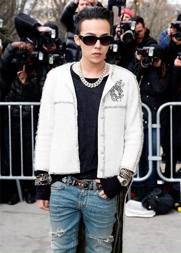 Tại đây, với chiếc quần rách, áo khoácđuôi dài cùng những phụ kiện đắt tiền, G-Dragon trông vô cùng đẳng cấp nhưng không kém phần cá tính.