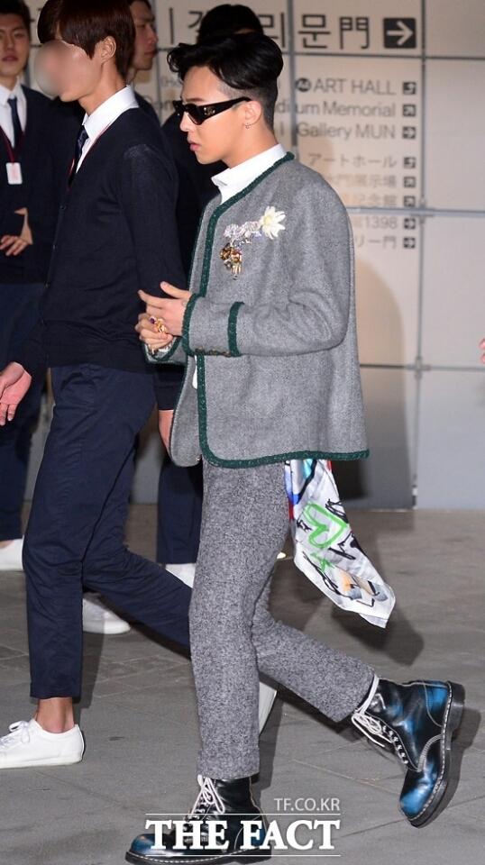 Đúng như mong đợi, G-Dragon thu hút sự chú ý của toàn bộ truyền thông và những người có mặt tại đó từ khi vừa xuống xe.