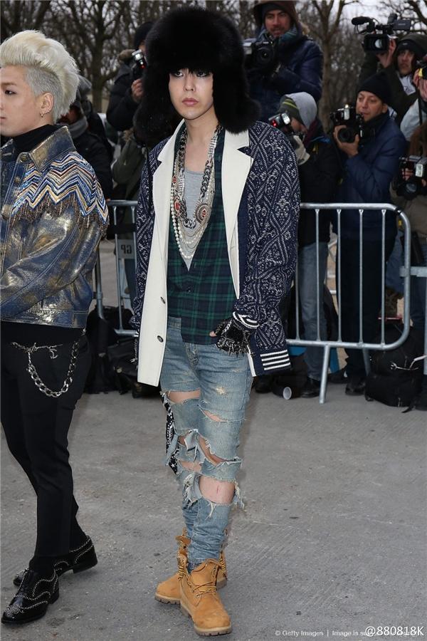 """Tại sự kiện thời trang Xuân Hè 2014 của Chanel, G-Dragon vẫn trung thành với phong cách thời trang bụi bặm cùng quần rách và đôi bốt hiệu Timberland từng """"làm mưa làm gió"""" thời gian vừa qua."""
