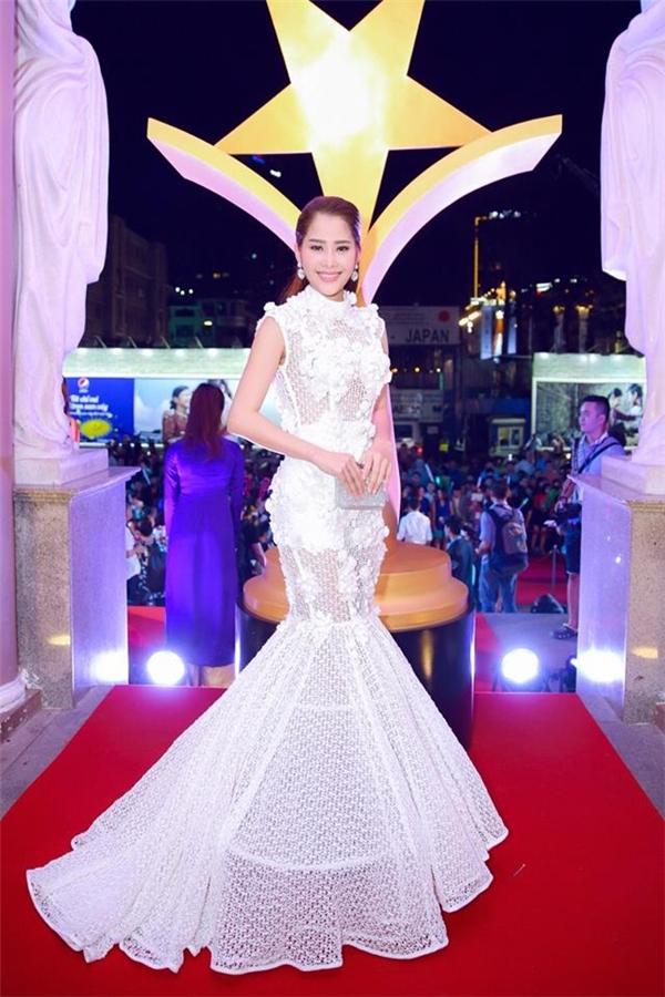 Cùng sử dụng sắc trắng làm chủ đạo, nếu như Hoàng Oanh ghi điểm bởi sự ngọt ngào thì Nam Em lại ấn tượng với chất liệu, phom váy cùng họa tiết đính kết.