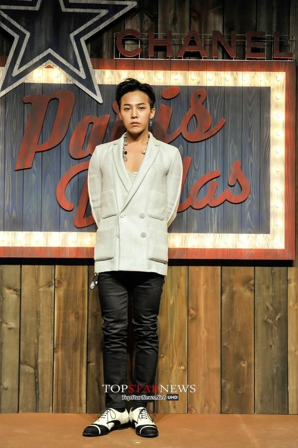 Xuất hiện tại show diễn của Chanel tại Nhật Bản, G-Dragon diện trang phục đơn giản nhưng không kém phần thanh lịch và thời thượng.