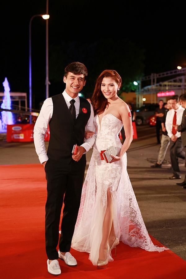 Thúy Diễm gợi cảm sóng đôi cùng Lương Thế Thành trên một thảm đỏ gần đây với bộ váy trắng gợi cảm.
