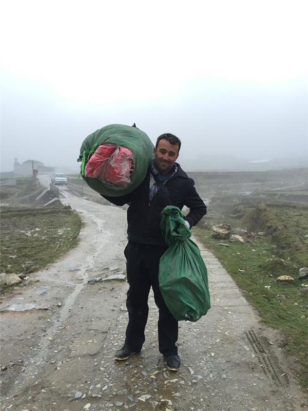Chàng trai ngoại quốc đem đồ lên tặng cho các em trẻ ở Sa Pa. Ảnh: Internet
