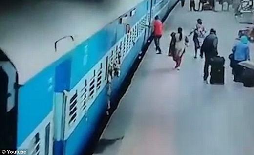 Vụ tai nạn xảy ra tại một nhà ga ở Ấn Độ. (Ảnh: chụp màn hình)