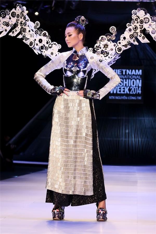 Thanh Hằng làm vedette trong bộ sưu tập No.8 của Công Trí.