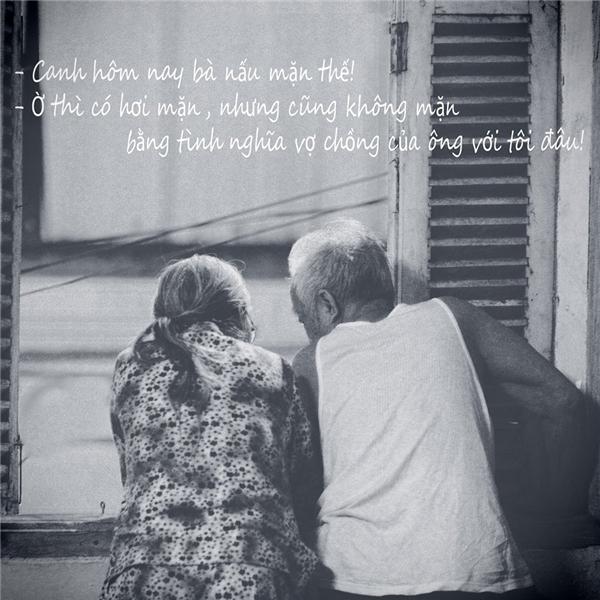 Mùa hè, hai cụ có sở thích đứng cửa sổ ngắm tắc đường và nói chuyện sâu sắc.