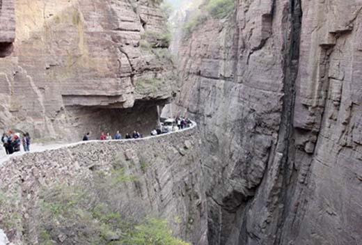 Các vách núi cheo leo khiến người ta nhìn vào mà cảm thấy hãi hùng.(Ảnh: Internet)