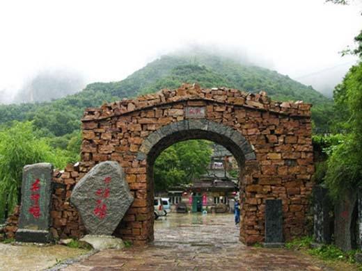 Cổng làng được làm bằng đá. (Ảnh: Internet)
