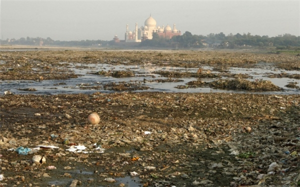 Đền Taj Mahal nhìn từ khu vực đồng trống, đầy rác. (Ảnh: Imgur)