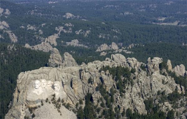 Núi Rushmore cùng các gương mặt 4 tổng thống kiệt xuất của Hoa Kì nhìn từ trên cao. (Ảnh: Imgur)