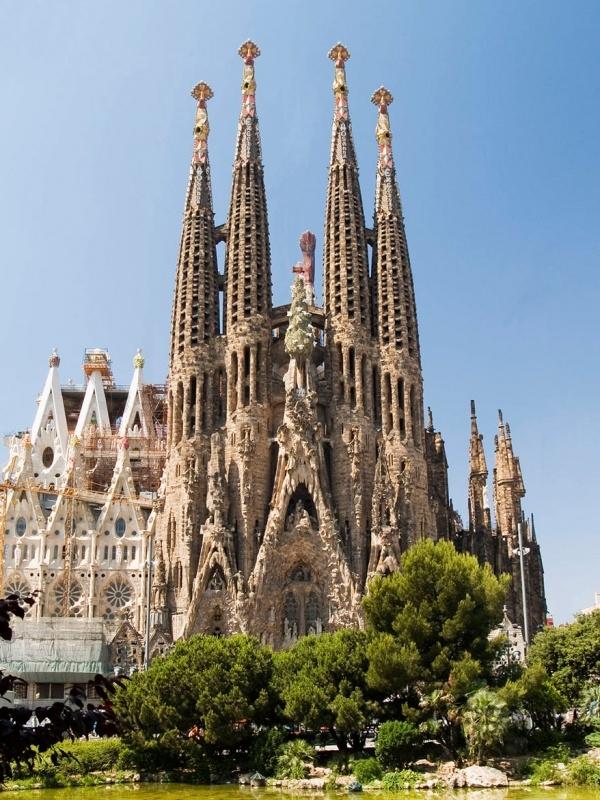 Nhà thờ Sagrada Familia trực diện. (Ảnh: Rainer Walter Schmied)