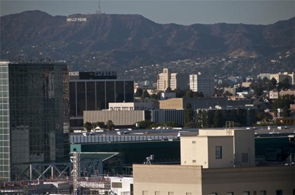 Biểu tượng Hollywood nằm xa trên vách núi. (Ảnh: Imgur)