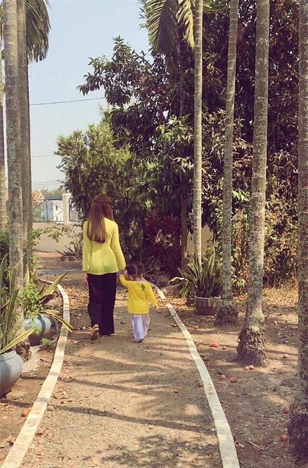 """Elly Trần luôn cố gắng tạo ra sự đồng điệu với con gái bằng những trang phục đôibắt mắt và hợp mốt. Và sự đồng điệu đó chính là một trong những yếu tố quan trọng tạo ra sức hút cho """"cặp đôi"""" đặc biệtnày. - Tin sao Viet - Tin tuc sao Viet - Scandal sao Viet - Tin tuc cua Sao - Tin cua Sao"""