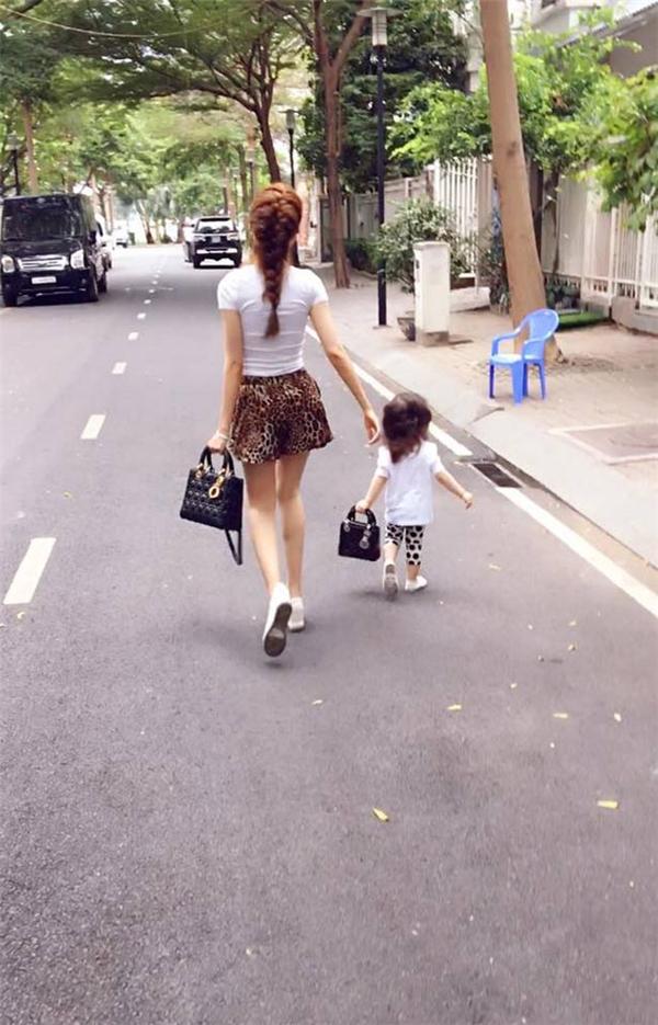"""Và tất nhiên, túi xách của cô bé cũng giống hệ túi xách của """"ma mi"""". - Tin sao Viet - Tin tuc sao Viet - Scandal sao Viet - Tin tuc cua Sao - Tin cua Sao"""