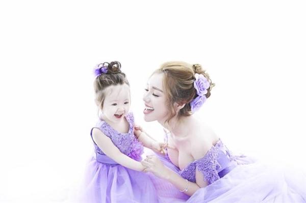 """Hai mẹ con đẹp """"mê hồn"""" trong bộ váy bồng bềnh màu tím nhạt. Elly Trần gọi đây là trang phục của những người yêu nhau. - Tin sao Viet - Tin tuc sao Viet - Scandal sao Viet - Tin tuc cua Sao - Tin cua Sao"""
