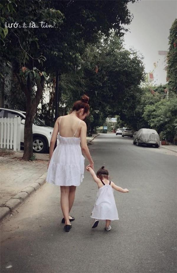 Đây là lúc Cadie đang chập những những bước đi đầu tiên. Bà mẹ hot girl chọn cho mình vàcon gái váy xòe hai dây màu trắng tinh khôi. - Tin sao Viet - Tin tuc sao Viet - Scandal sao Viet - Tin tuc cua Sao - Tin cua Sao