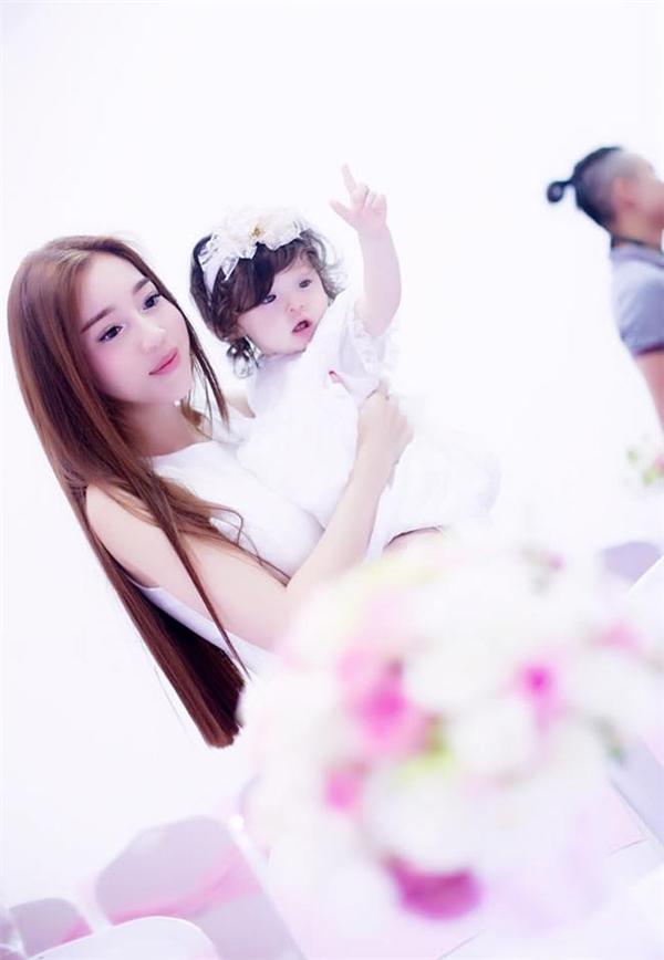 Trong lễsinh nhật 1 tuổi của con gái, Elly Trần đã tạo ra khung cảnh lãng mạn và nên thơ với hai gam màu trắng, hồng chủ đạo. - Tin sao Viet - Tin tuc sao Viet - Scandal sao Viet - Tin tuc cua Sao - Tin cua Sao