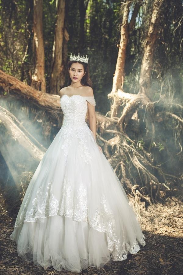 Thiết kế váy xòe cổ điển trở nên mới lạ hơn nhờ chi tiết phân tầng bất đối xứng hiện đại.