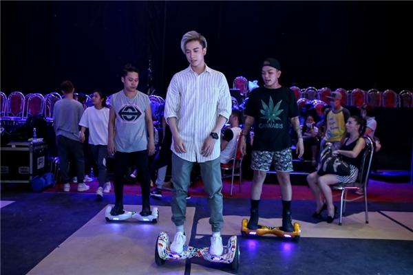 S.T cùng bạn nhảy đã mang đến cho khán giả tiết mục nhảy hiphop kết hợp Jive. - Tin sao Viet - Tin tuc sao Viet - Scandal sao Viet - Tin tuc cua Sao - Tin cua Sao