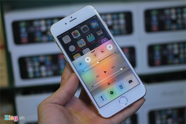 Chiếc di động có vỏ là iPhone 6S này được một cửa hàng phụ kiện ở quận 5, TP HCM nhập về từ Trung Quốc. Chủ cửa hàng không tiết lộ giá của sản phẩm.