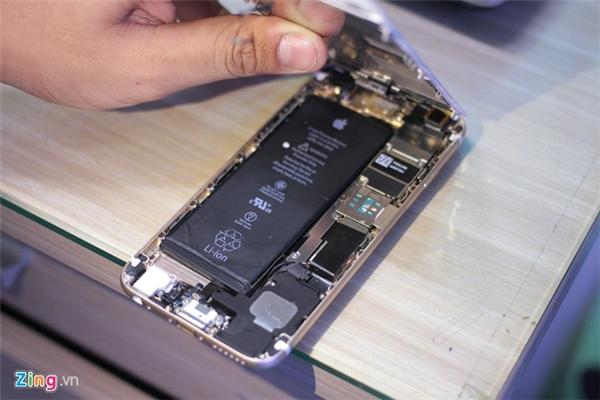 Một cách kiểm tra khác mở máy ra. Main của iPhone 5S sẽ ngắn và có 3 con ốc thẳng hàng. Trong khi đó, main của iPhone 6S dài hơn.