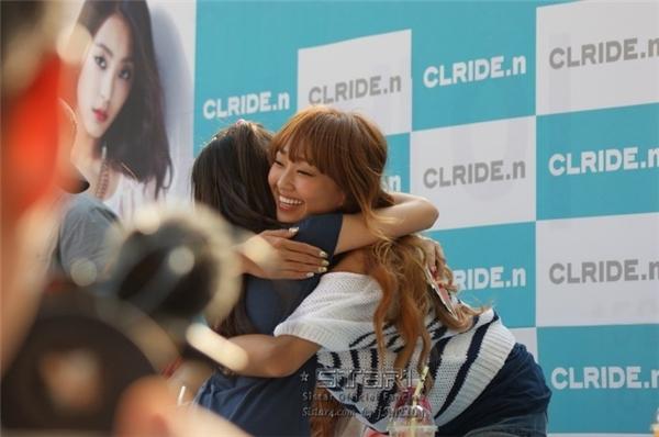 Không chỉtrưởng nhóm 2NE1, CLmà cảHyorin (Sistar) cũng vui mừng ra mặt khi được ôm ấp người hâm mộ của mình.