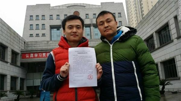 Sun - Hutrước cửa tòa án xin đăng kí kết hôn. (Ảnh: Internet)