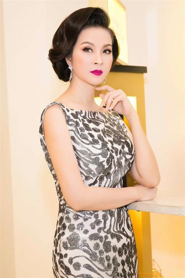 Dù đã bước qua tuổi 40 nhưng MC Thanh Mai vẫn giữ được nét trẻ trung không hề thua kém các đàn em. Trong một đêm tiệc vừa qua, nữ MC danh tiếng trông càng thu hút mãnh liệt khi chọn màu son hồng tím ngọt ngào, quyến rũ.