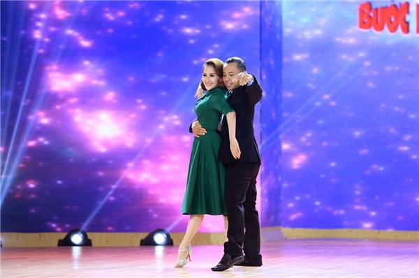 """Cả 4 vị giám khảo đã có màn """"chào sân"""" ấn tượng với những vũ điệu lả lướt, chuyên nghiệp. - Tin sao Viet - Tin tuc sao Viet - Scandal sao Viet - Tin tuc cua Sao - Tin cua Sao"""