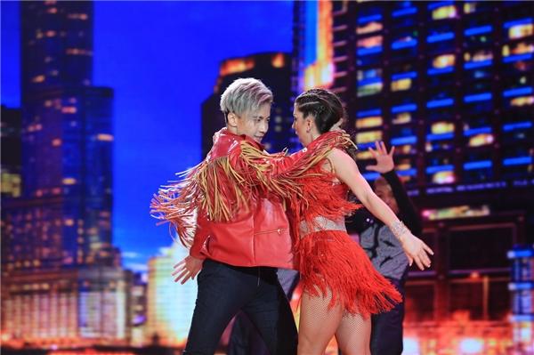 S.T với đôi chân uyển chuyển cạnh vũ công người nước ngoài. - Tin sao Viet - Tin tuc sao Viet - Scandal sao Viet - Tin tuc cua Sao - Tin cua Sao