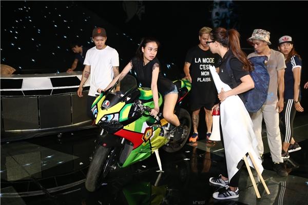 """Hoàng Thùy Linh """"chơi sang"""" mang hẳn… xe"""