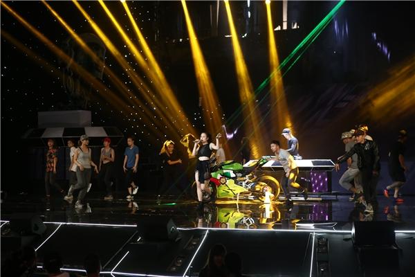 Team của nữ ca sĩ liên tục làm khán giải choáng ngợp bởi giọng hát truyền cảm và những bước nhảy điêu luyện. - Tin sao Viet - Tin tuc sao Viet - Scandal sao Viet - Tin tuc cua Sao - Tin cua Sao