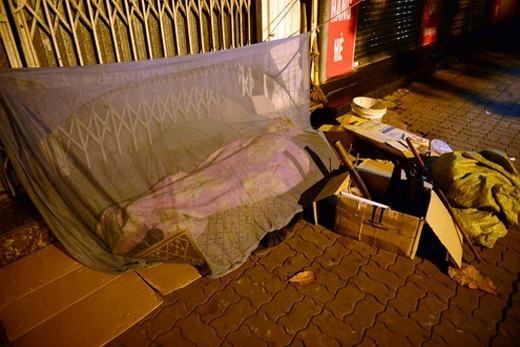 Thương người vô gia cư, dành hẳn nhà 2 tầng mời họ ở và đón Tết